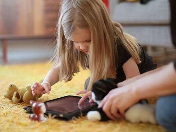 """Ce mai spun studiile despre """"relația"""" copilului cu iPad-ul?"""