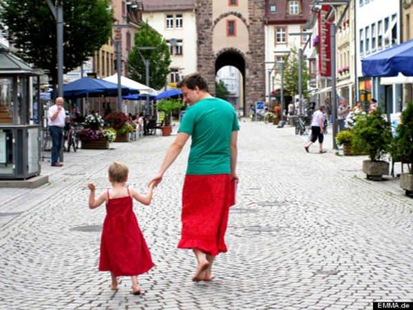 Tăticul care poartă fustă, pentru a-și susține copilul