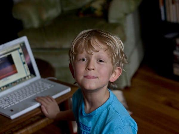 Cât de departe stau copiii de monitorul PC-ului sau de televizor?