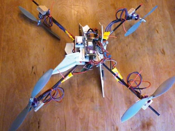 """Tătic high-tech cu imaginație. A construit un elicopter care îi """"supraveghează"""" copilul"""