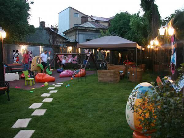Terasa colorată cu loc de joacă: Chez Marie