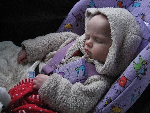 Somnul copiilor, în mașină, în scaunul auto