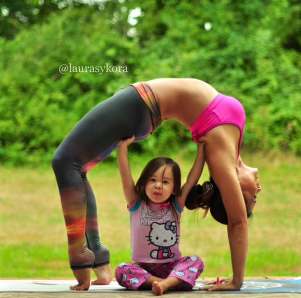 Yoga împreună cu o fetiță de doar 4 ani