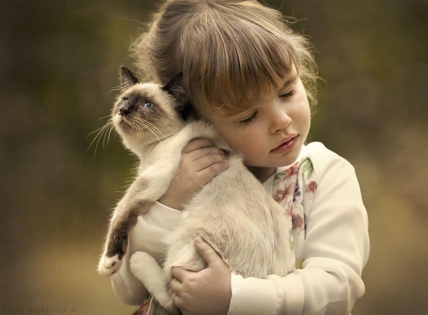 Copii și pisici. Ce poate fi mai drăguț vinerea?