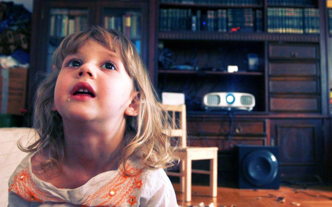 Proiector sau televizor? 10 motive pentru care un proiector este mai bun.