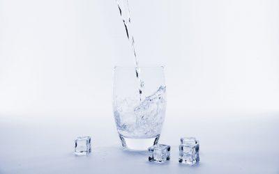 Apa alcalină vs Apa alcalină ionizată: Diferențe explicate pas cu pas