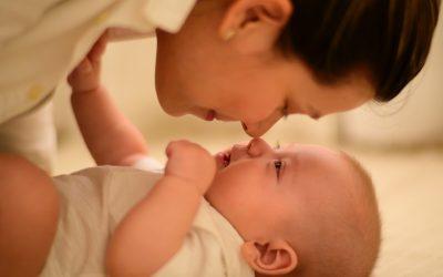 Saltea, masă sau comodă de înfășat – care e varianta potrivită pentru bebelușul tău?