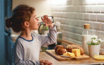 Cum îl determini pe cel mic să bea apă: 5 secrete de la părinți pentru părinți